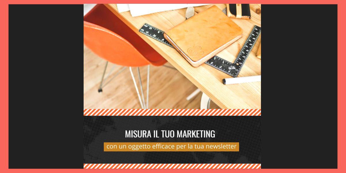 Tavolo con agenda e metro in plastica per misurare il tuo marketing con il giusto oggetto per la newsletter